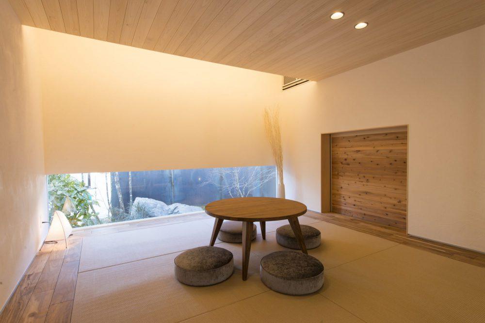 間接照明と足元の窓が雰囲気をつくる和室
