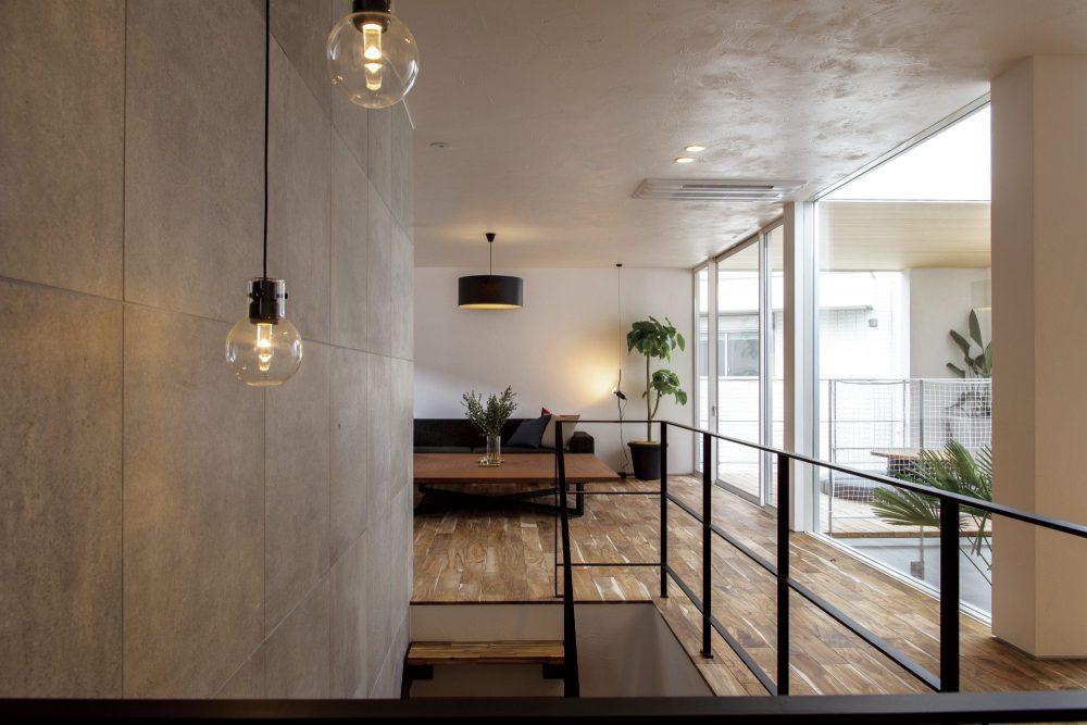 塗り壁などの素材感が美しい2階リビング