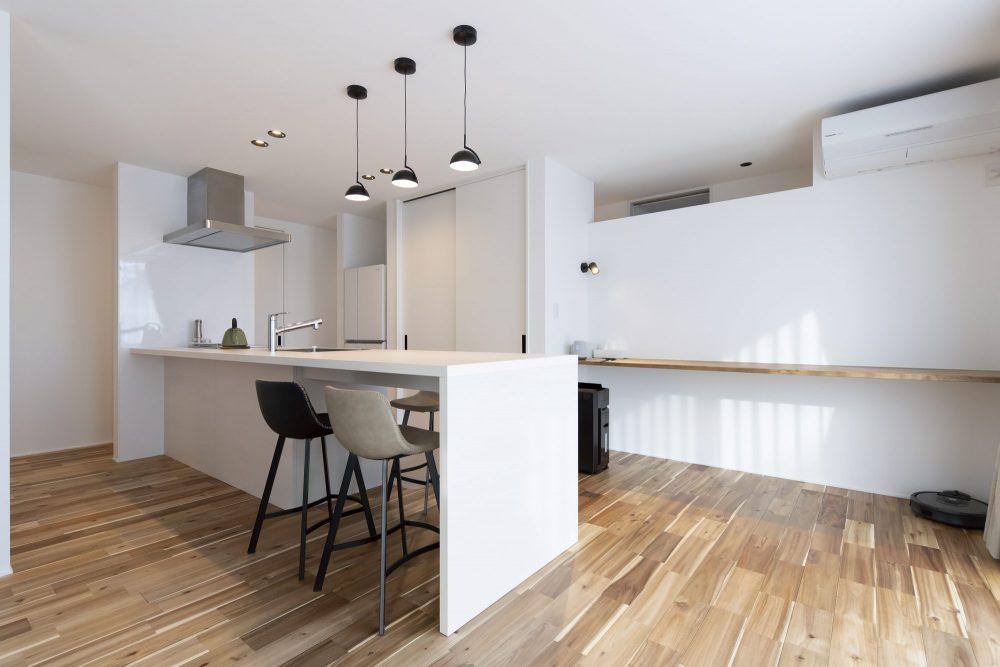 白のダイニング一体型キッチン