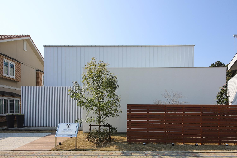 大きな空と繋がり、上質な素材感を楽しむ家