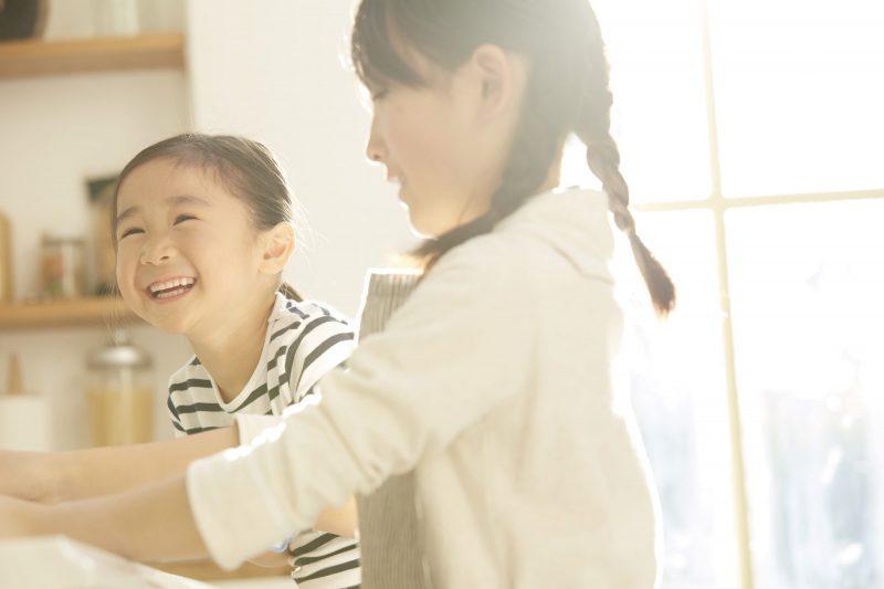 笑顔で話す子供たち