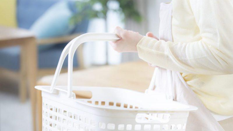 洗濯かごを持つ女性