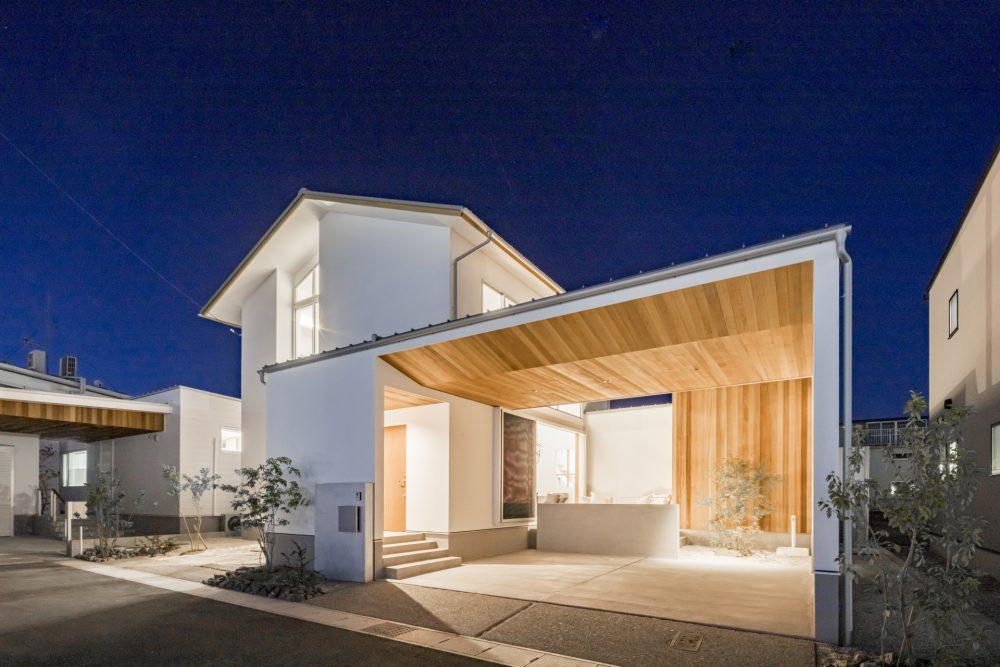 光と影が美しい三角屋根のガレージハウス