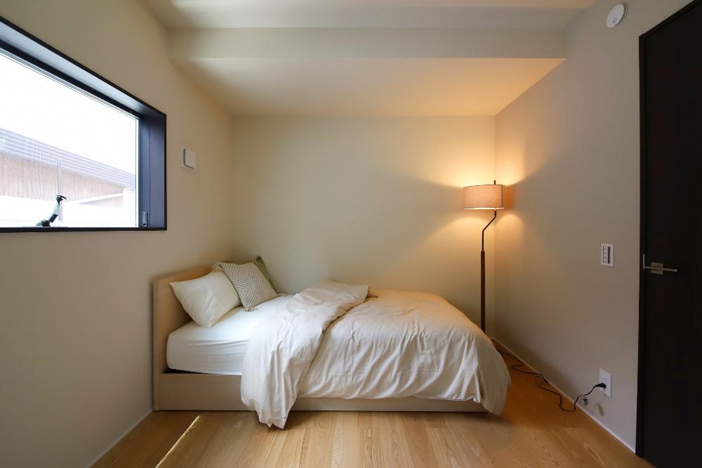 和モダンな寝室