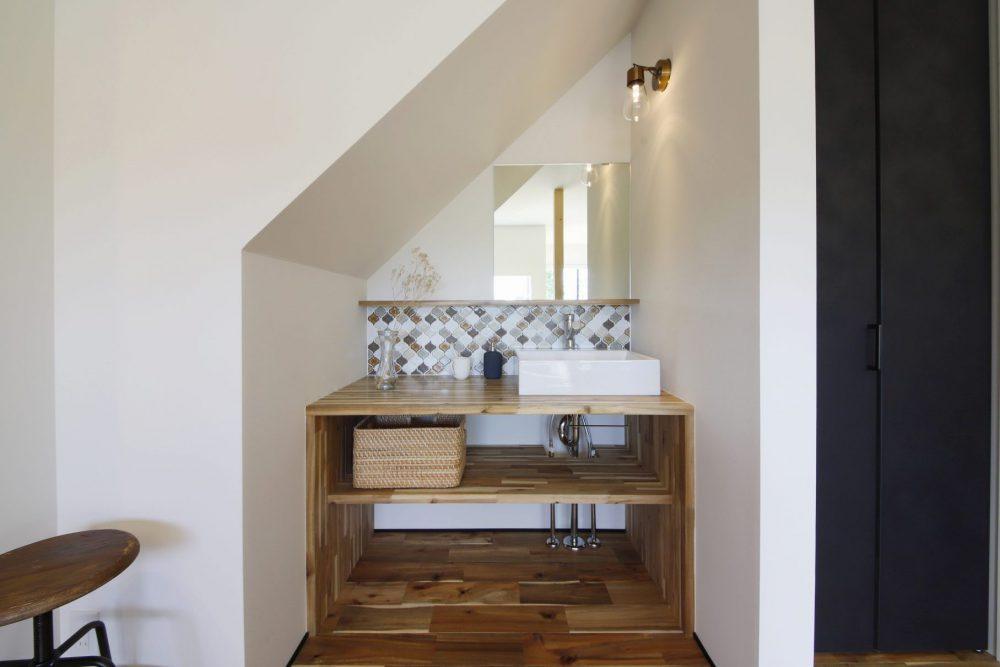 コラベルタイルがかわいい階段下に造作した洗面